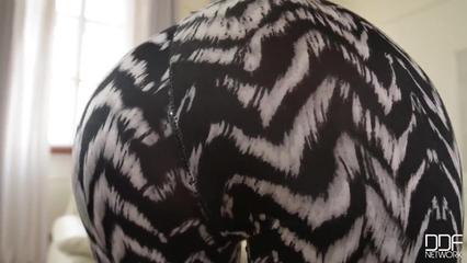 Брюнетка мастурбирует свою выбритую пизду на камеру крупным планом