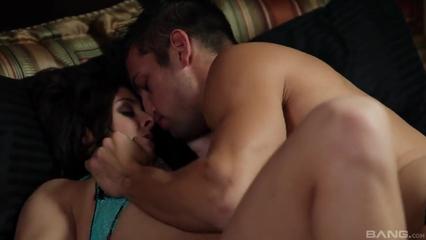 Красивый секс семейной пары на кровати