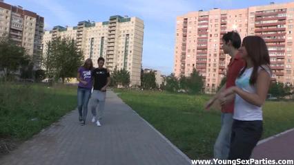 Две русские пары свингеров ебутся на диване