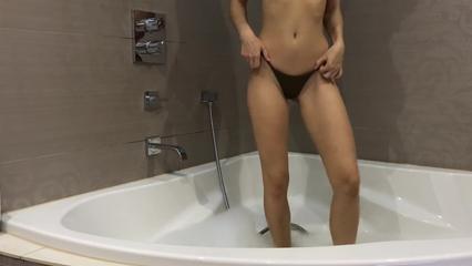 Деваха теребит пальцами в ванной мокрую пизденку доводя себя до оргазма