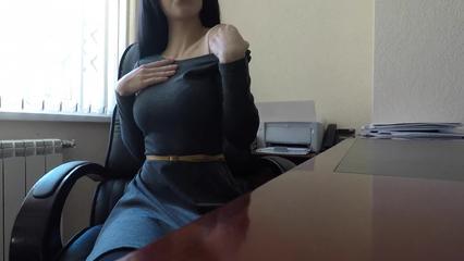 Малышка быстро вздрочнула киску страпоном в офисе на стуле